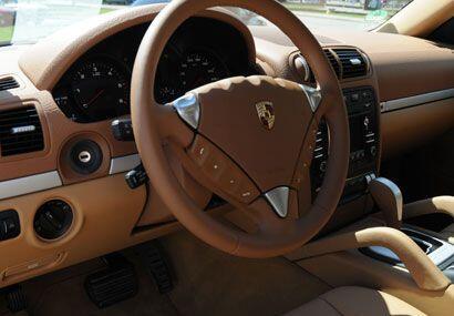 Tiene varias opciones de colores para el interior, como este color arena.