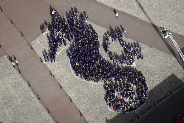 Frente al Palacio de Mónaco varias personsa se dieron cita para formar l...