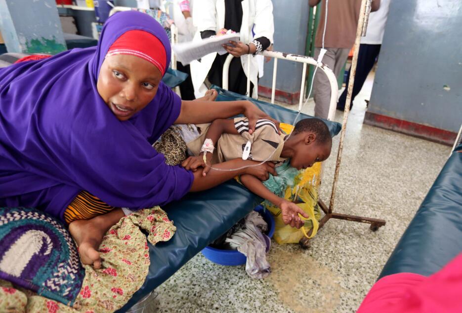 Somalia: Una mujer asiste a un hijo con diarrea en hospital de Mogadisci...