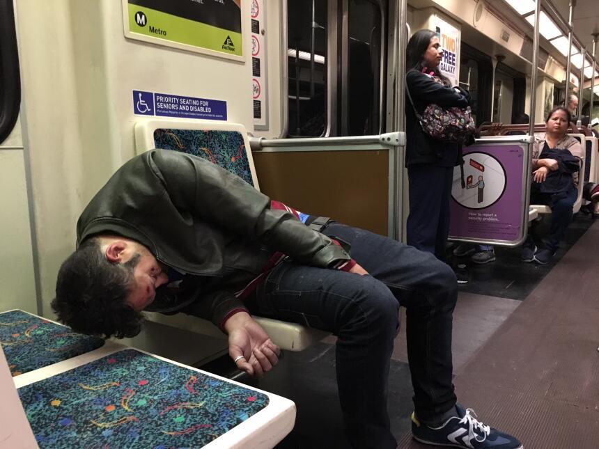 Un joven duerme en un vagón de la Línea Roja del metro.