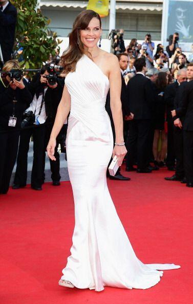 Atelier Versace vistió las curvas de Hilary Swank, quien lució magnífica...