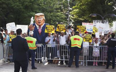 Protestas frente al hotel Trump de Washington, por la salud y contra los...