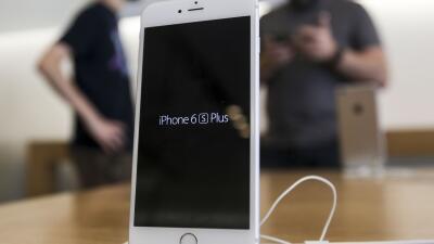 """Apple considera que cumplir con exigencias del FBI """"es malo para el país..."""
