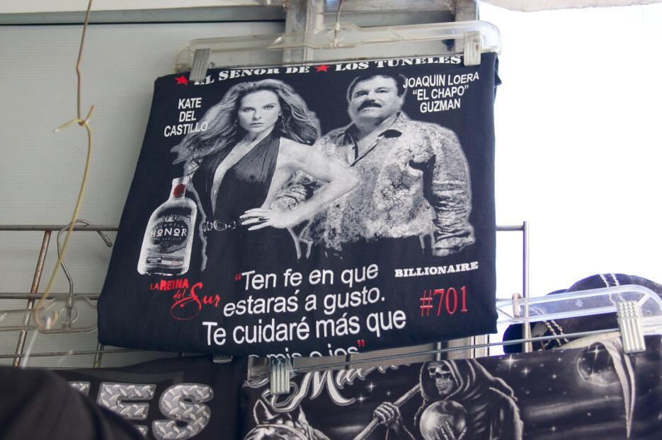 Camisas con la imagen de Kate del Castillo y El Chapo
