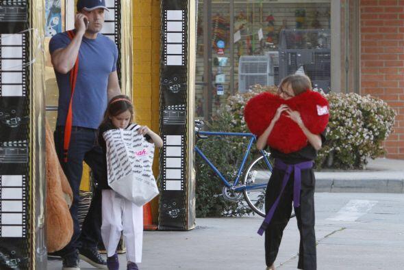 Después de un rato eligiendo cosas, los tres salieron de la tienda.