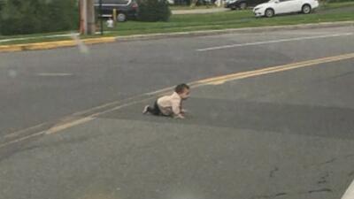 Un conductor rescata a una bebé que gateaba sola en una transitada avenida