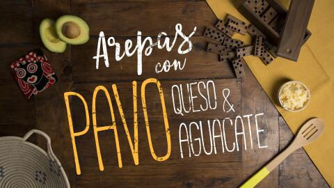 Arepas con pavo, queso & aguacate