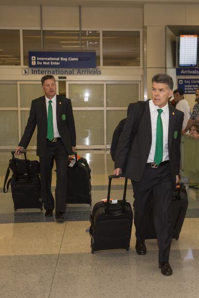 Los primeros en salir por las puertas del aeropuerto, fueron los directi...