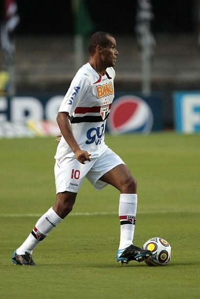 La afición no sólo aplaudió a Rivaldo sino también al portero Ceni que s...
