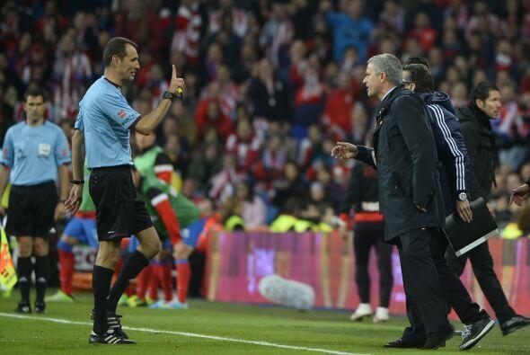 El primer perjudicado por la desesperación del Madrid fue el propio Mour...