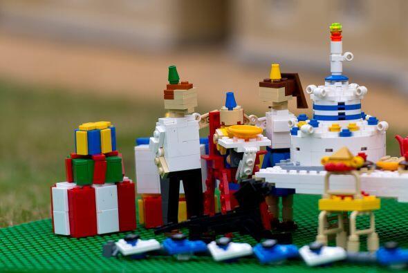 Su pastel, regalos, sillas y gorros de cumpleaños fueron cuidados en cad...