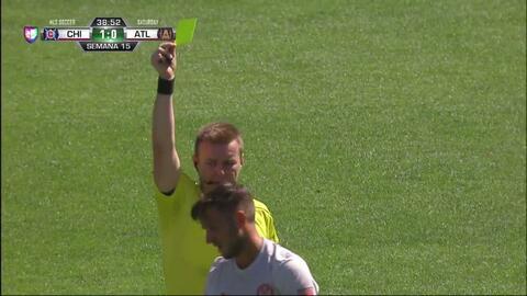 Tarjeta amarilla. El árbitro amonesta a Kevin Kratz de Atlanta United FC