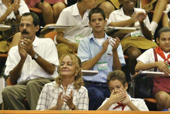 Dalia Soto del Valle aplaude a Fidel Castro en el Palacio de Convencione...