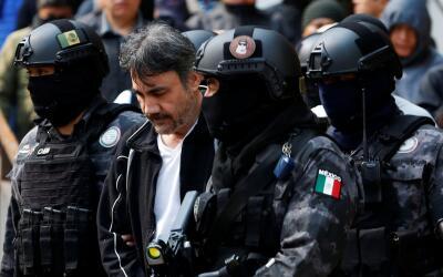 Dámaso López, rodeado de policías tras su arresto.
