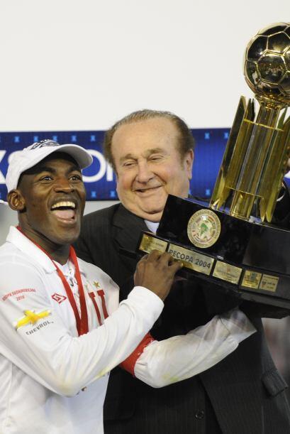 El presidente de la Conmebol, Nicolás Leoz, entregando el trofeo a Neice...