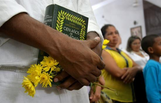 Con música vallenata, flores amarillas y lecturas de su obra.