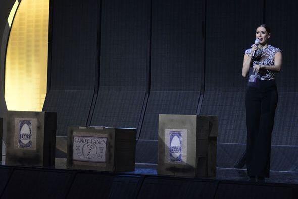 Galilea Montijo, nuestra linda conductora, presentando el número musical.