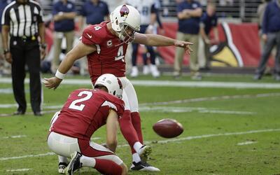 Phil Dawson, pateador de los Cardinals de Arizona, convierte un gol de c...