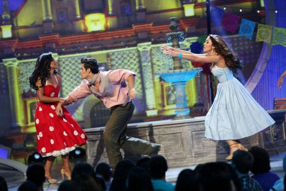 """""""La carcacha"""" fue el tema que el actor mexicano bailó con la colombiana..."""