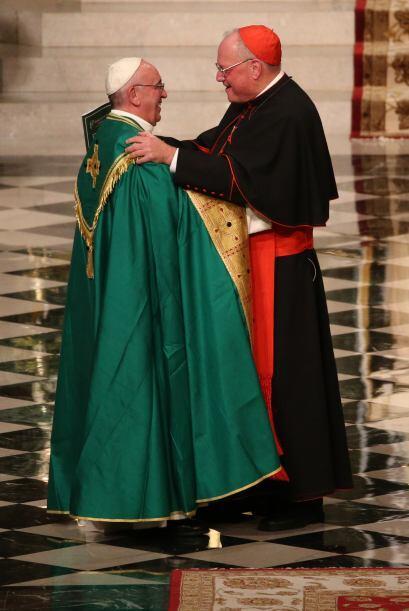 El cardenal Dolan toma por los brazos a su invitado, el papa Francisco.