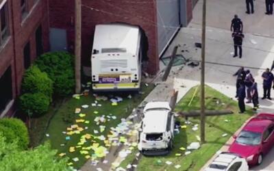 En video, un autobús terminó chocando contra una pared luego de que un a...