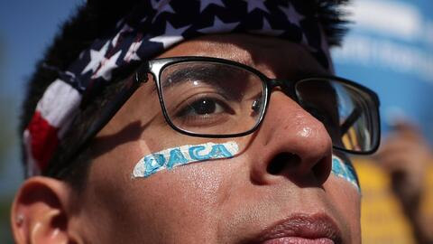 Los beneficiarios de DACA tienen muchas preguntas que hacerse. En la fot...