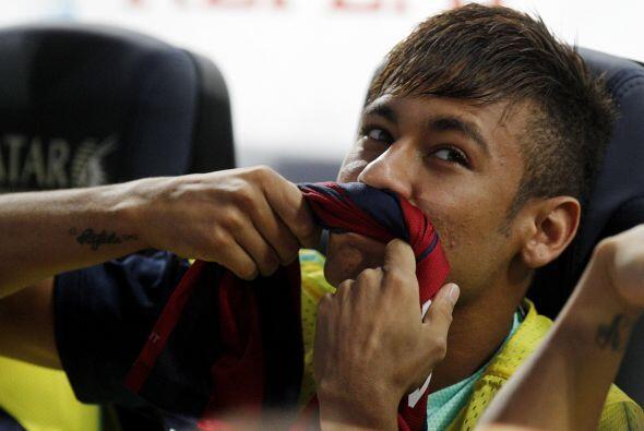Neymar comenzó en el banco con muy buen humor.