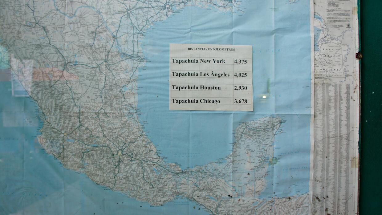 Un mapa en el refugio de Belén en Tapachula, México, dice a los migrante...