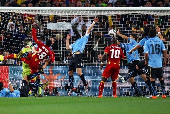 También en el Mundial ocurrió una jugada inolvidable. Uruguay se enfrent...