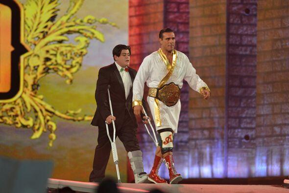 Alberto Del Rio entró poco después junto a su hermano Rodríguez bajo una...