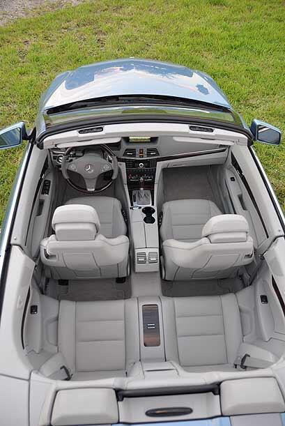 Por dentro este convertible ofrece espacio para cuatro adultos, brindand...
