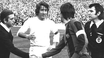 Manolo Velázquez saluda a Johan Cruyff en un clásico Real Madrid-Barcelona