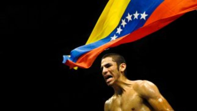 Jorge Linares derrotó pot TKO a Adrian Verdugo.