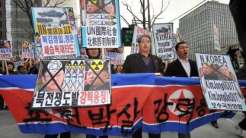 Manifestantes protestan contra el bombardeo el martes de una isla por pa...