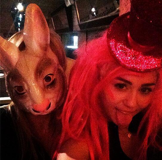 5:46am Correeeeeee ¡Ponte la máscara de conejo!