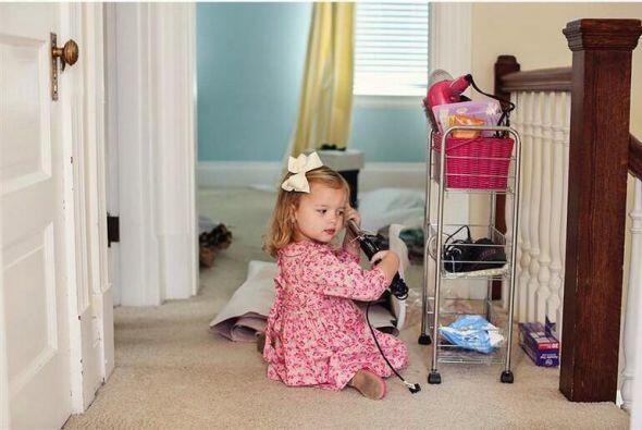 La pequeña Olivia, también simuló algunos preparativos que su madre sigu...