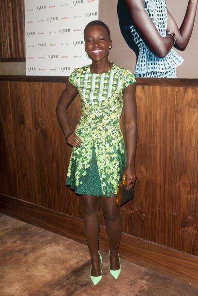 Lupita Nyong'o sonríe en la presentación de una revista. Mira aquí los v...