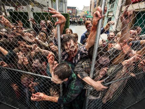 Una verja cierra el paso a los zombis en Universal Studios Hollywood.