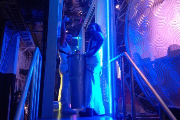 Desde el backstage, artistas y bailarines se preparan para la última fun...