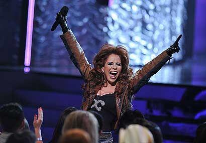 La energía positiva recorrió el escenario mientras Gloria realizaba unos...
