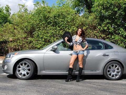 Esther Lanuza mostró toda su sensualidad posando junto al Hyundai...