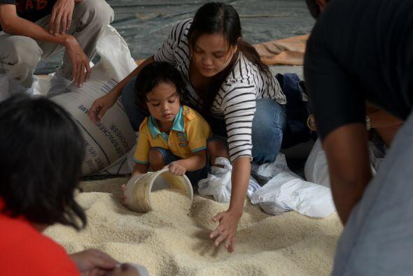 Chicos y grandes ayudan en los albergues.  (AFP/Getty)