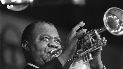 El afamado trompetista e intérprete Louis Armstrong en un concierto en P...