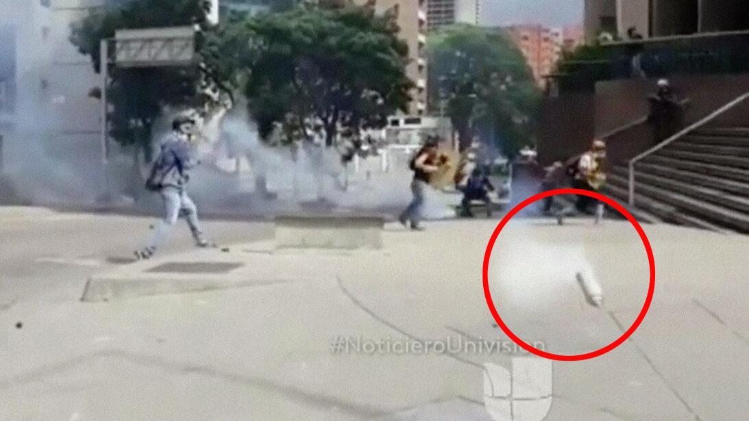El camarógrafo de Univision Edgar Trujillo fue impactado por una bomba l...