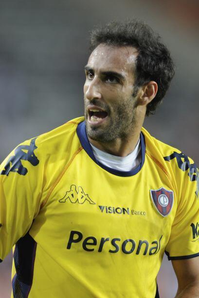 El argentino Roberto Nanni de Cerro Porteño y el brasileño Wallyson del...