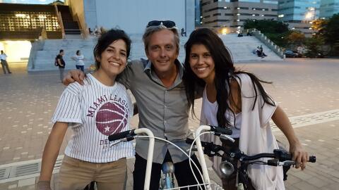 Mikael Colville-Andersen con activistas del ciclismo urbano en Medell&ia...