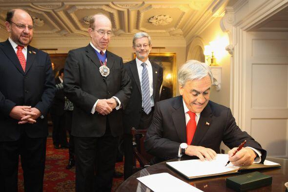En su paso por Reino Unido, Piñera firmó el libro de visitantes distingu...
