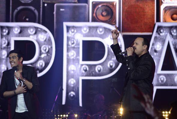 Espiridión fue el afortunado en subirse al escenario con nuestro padrino...