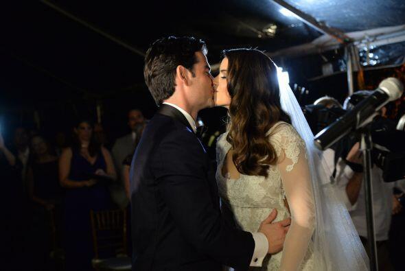 Otro besito más y llegó la hora de entregar los anillos de matrimonio.