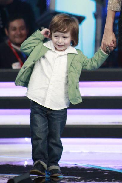 Gali lo vistió con camisa blanca, chaqueta verde y jeans.